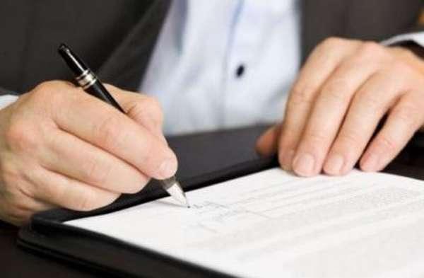 Подписывает трудовой договор на полставки - фото