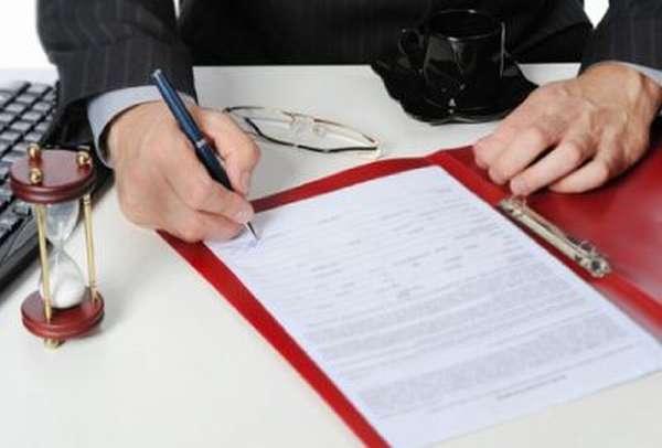 Сотрудник пишет иск о взыскании заработной платы