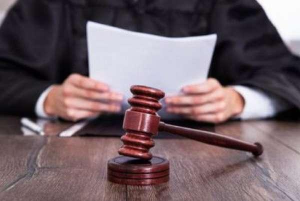 Суд лишает родительских прав